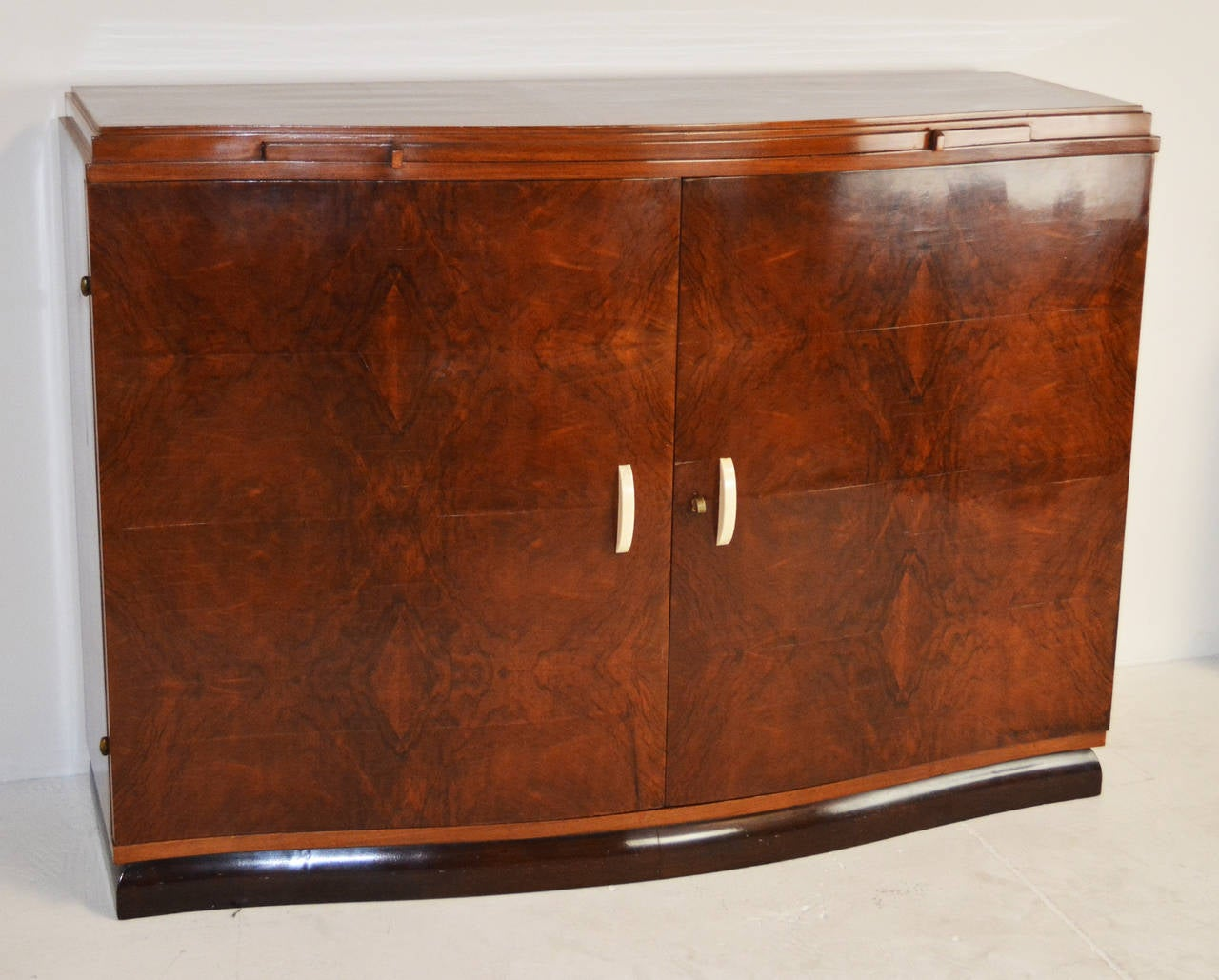 french art deco buffet for sale at 1stdibs. Black Bedroom Furniture Sets. Home Design Ideas