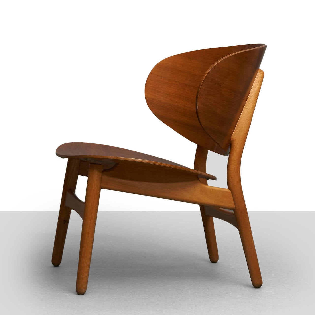 Scandinavian Modern Hans Wegner, Pair of Shell Lounge Chairs For Sale