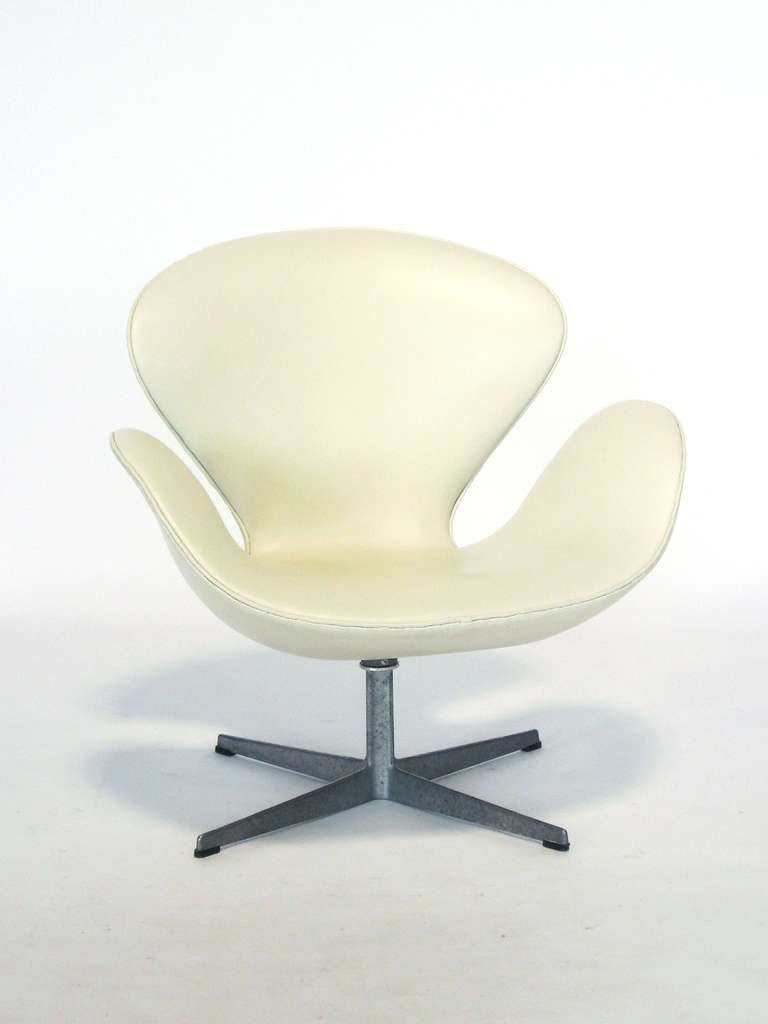 Early Arne Jacobsen Swan Chair In Ivory Leather By Fritz Hansen At