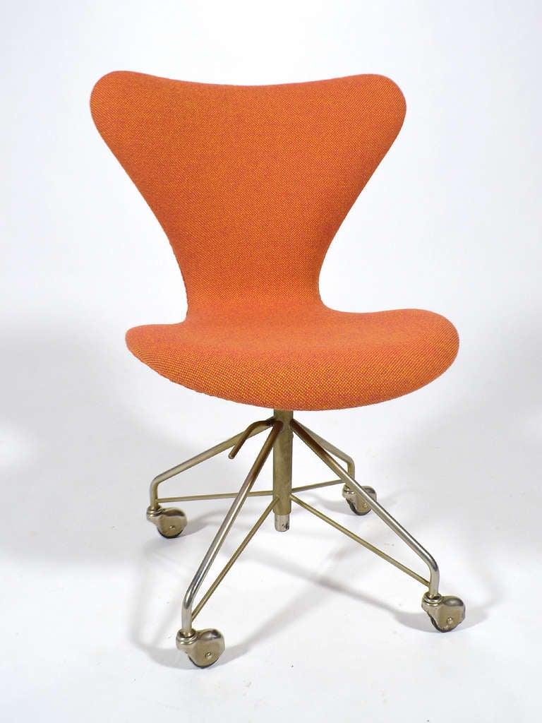 arne jacobsen sevener chair model 3117 by fritz hansen at. Black Bedroom Furniture Sets. Home Design Ideas