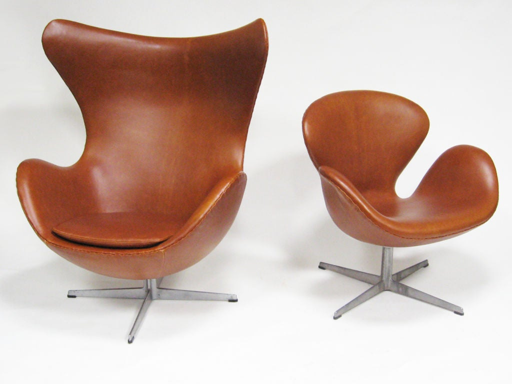 Arne jacobsen swan chair in cognac leather by fritz hansen for Egg chair jacobsen