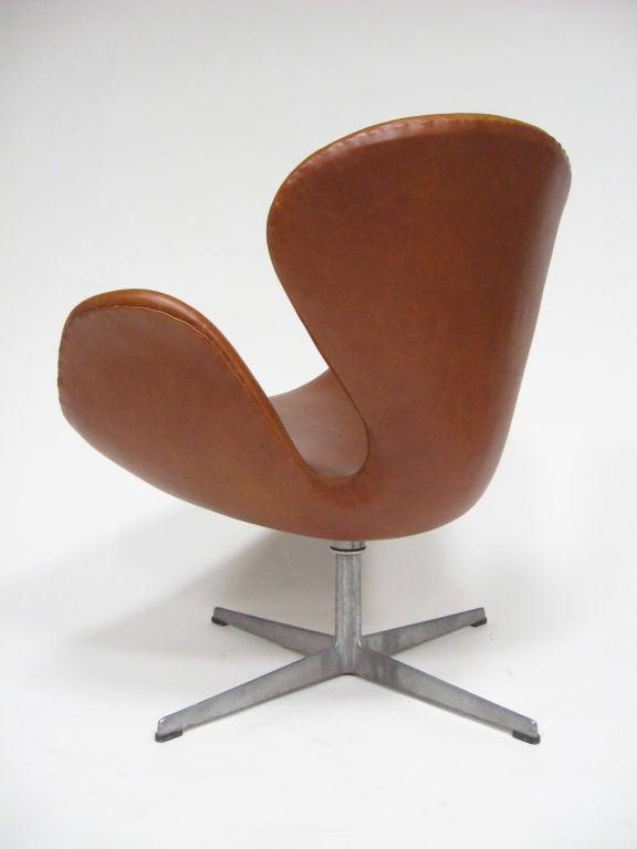 Arne Jacobsen swan chair in cognac leather by Fritz Hansen In Excellent Condition In Highland, IN