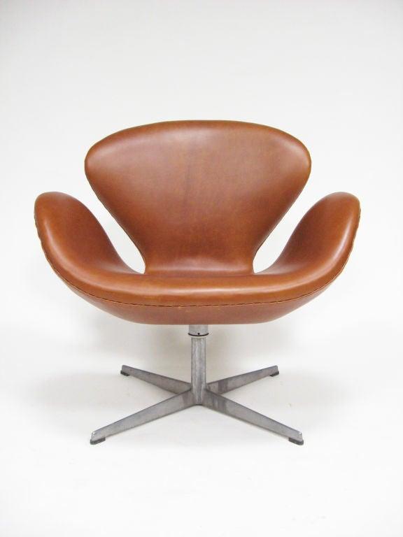 Arne Jacobsen swan chair in cognac leather by Fritz Hansen 4