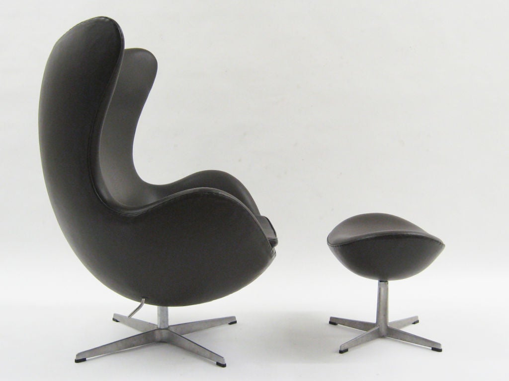 Arne jacobsen egg chair and ottoman by fritz hansen at 1stdibs for Arne jacobsen egg chair preiswert