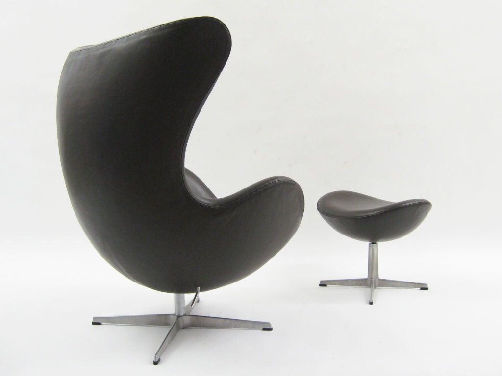 arne jacobsen egg chair and ottoman by fritz hansen at 1stdibs. Black Bedroom Furniture Sets. Home Design Ideas