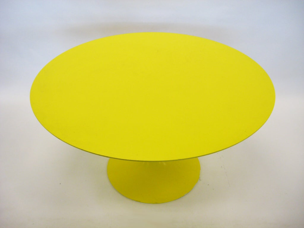 Eero Saarinen tulip table in vivid yellow by Knoll image 4