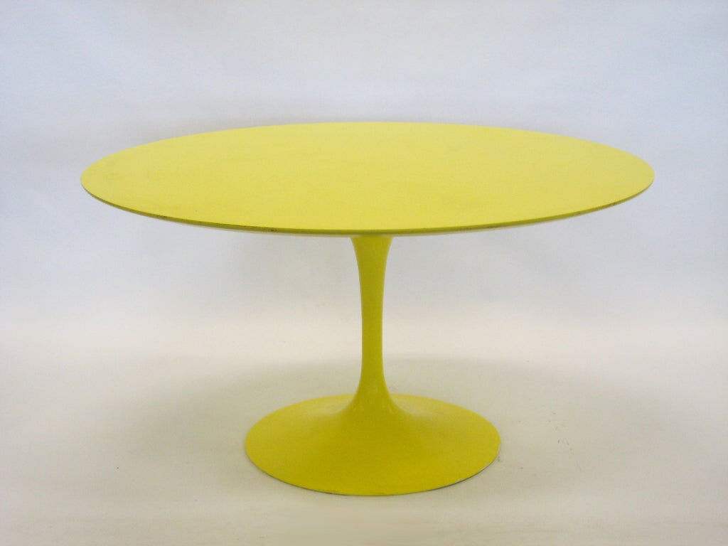 Aluminum Eero Saarinen tulip table in vivid yellow by Knoll For Sale