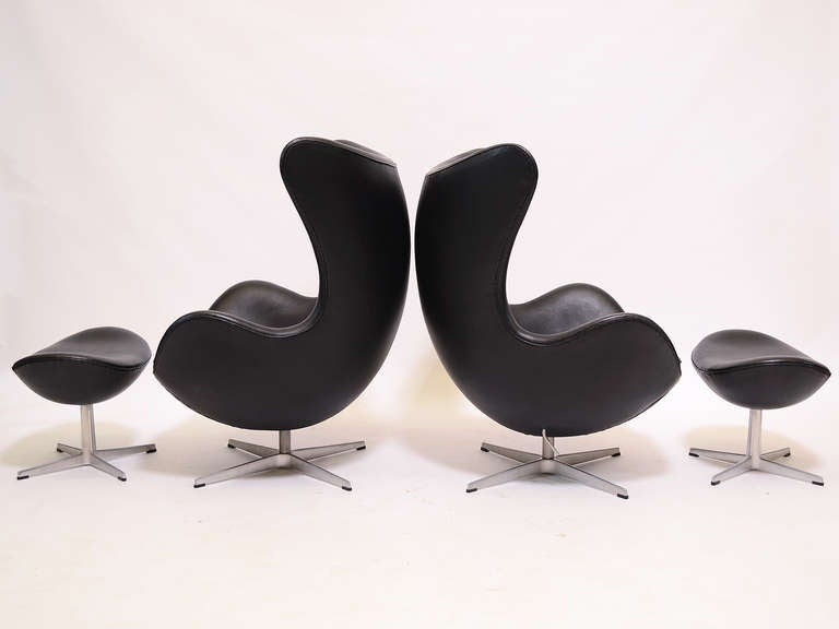 Mid-Century Modern Pair of Arne Jacobsen Egg Chairs and Ottomans by Fritz Hansen For Sale