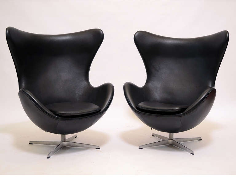 Danish Pair of Arne Jacobsen Egg Chairs and Ottomans by Fritz Hansen For Sale