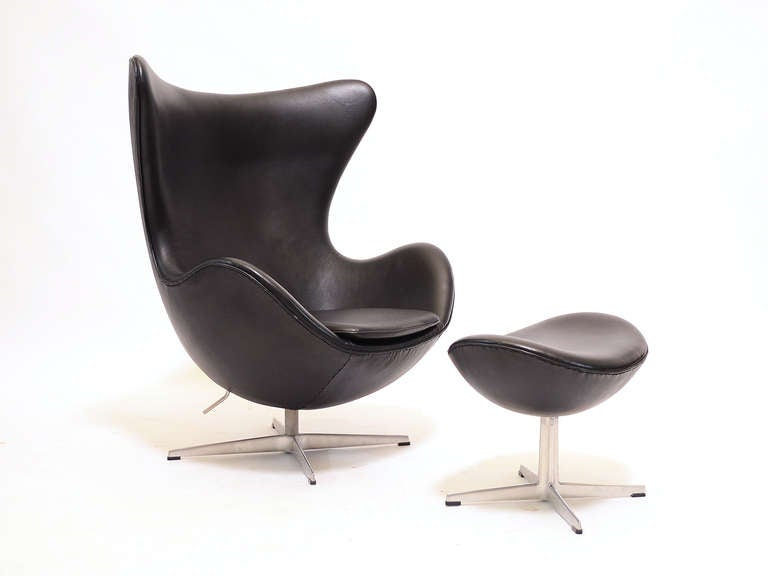 Pair of Arne Jacobsen Egg Chairs and Ottomans by Fritz Hansen In Good Condition For Sale In Highland, IN