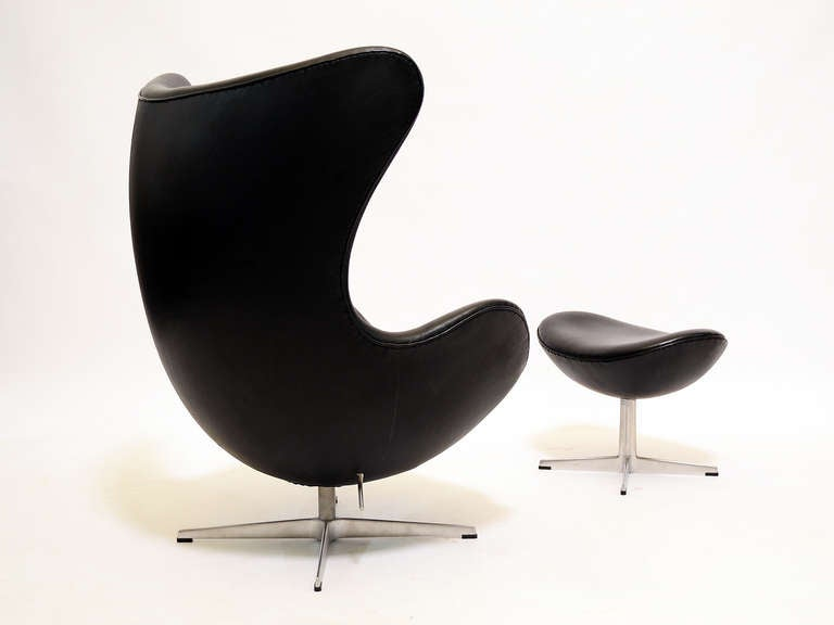 Mid-20th Century Pair of Arne Jacobsen Egg Chairs and Ottomans by Fritz Hansen For Sale