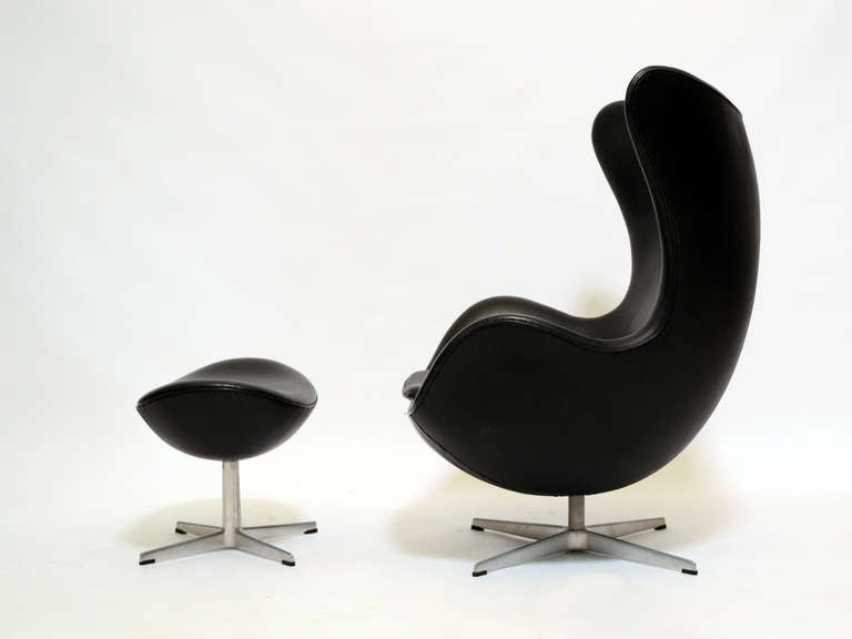 Aluminum Pair of Arne Jacobsen Egg Chairs and Ottomans by Fritz Hansen For Sale
