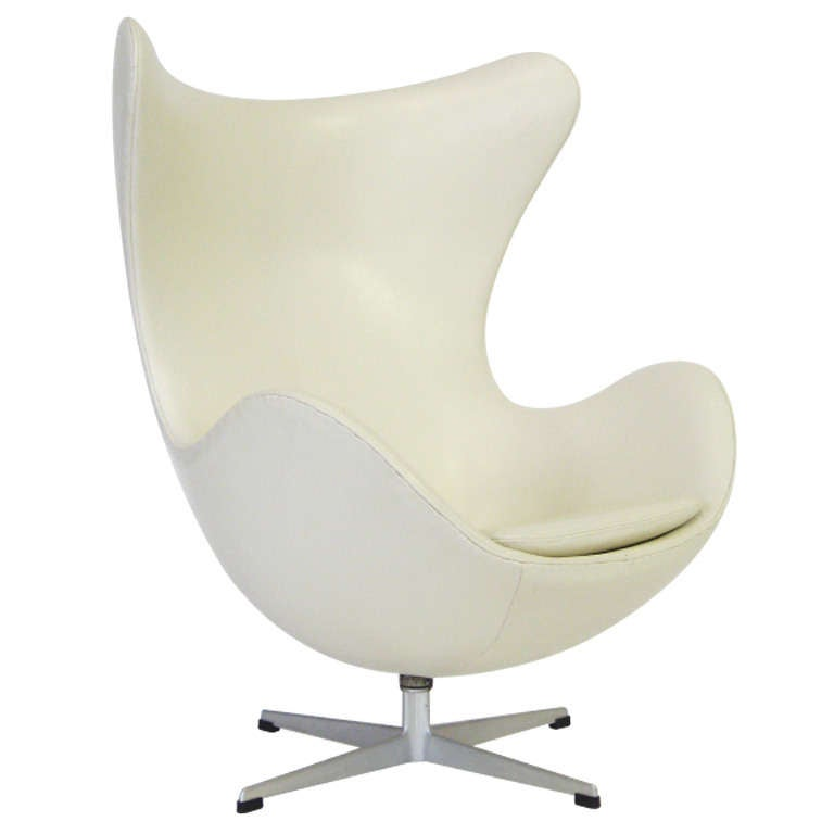 arne jacobsen egg chair by fritz hansen in ivory leather at 1stdibs. Black Bedroom Furniture Sets. Home Design Ideas