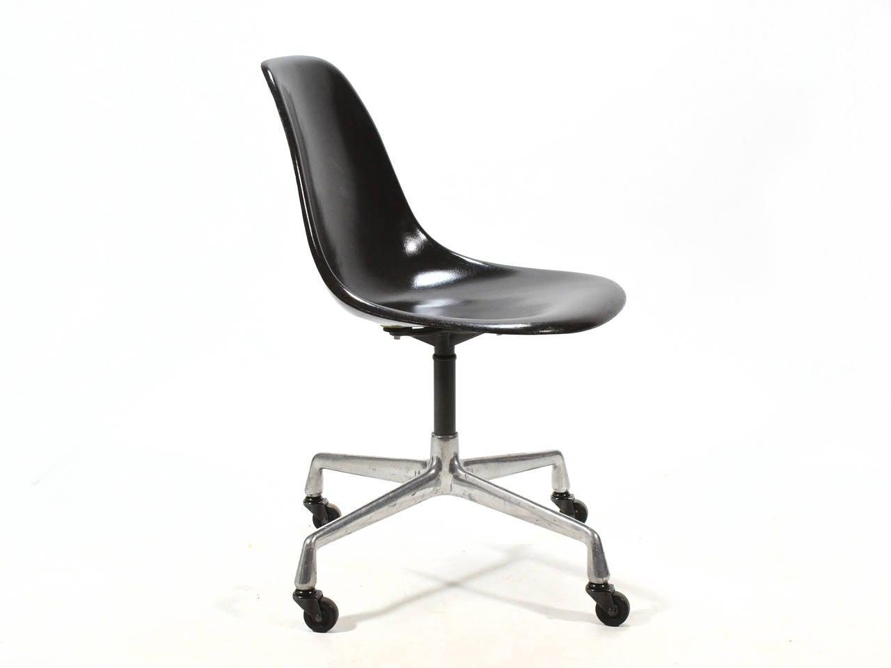 eames psc fiberglass side chairs by herman miller set of 12 or more for sale at 1stdibs. Black Bedroom Furniture Sets. Home Design Ideas
