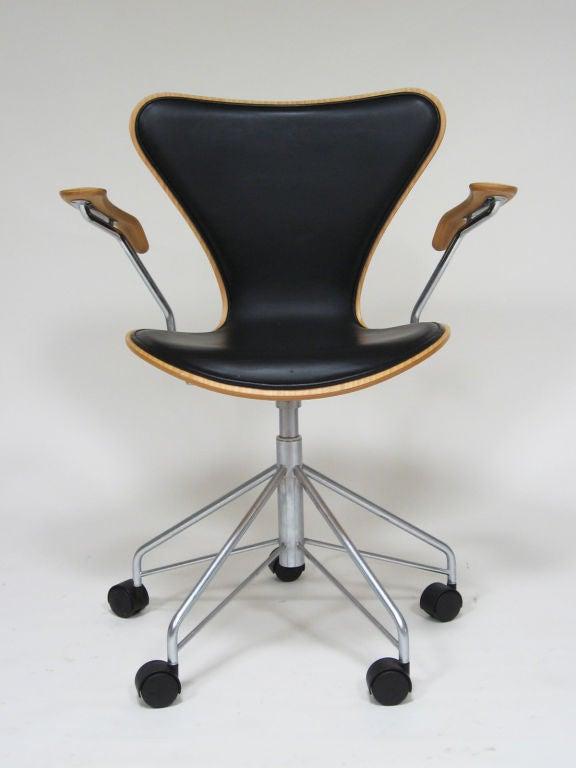 Arne Jacobsen series 7 task chair by Fritz Hansen 2