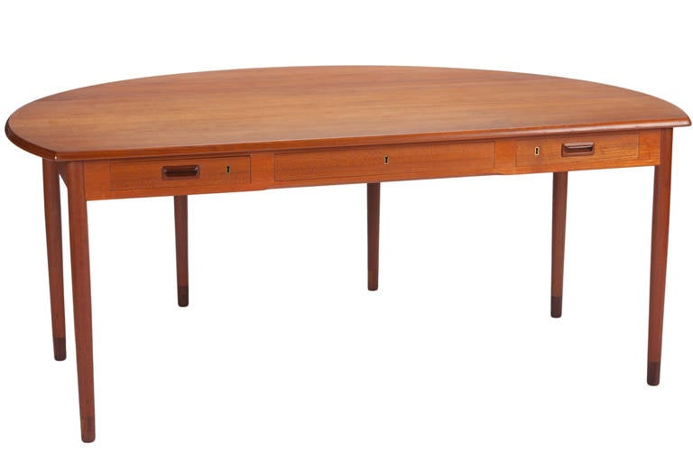 Desk by A. Bender Madsen and Ejner Larsen for Willy Beck Cabinetmaker In Excellent Condition For Sale In Pawtucket, RI