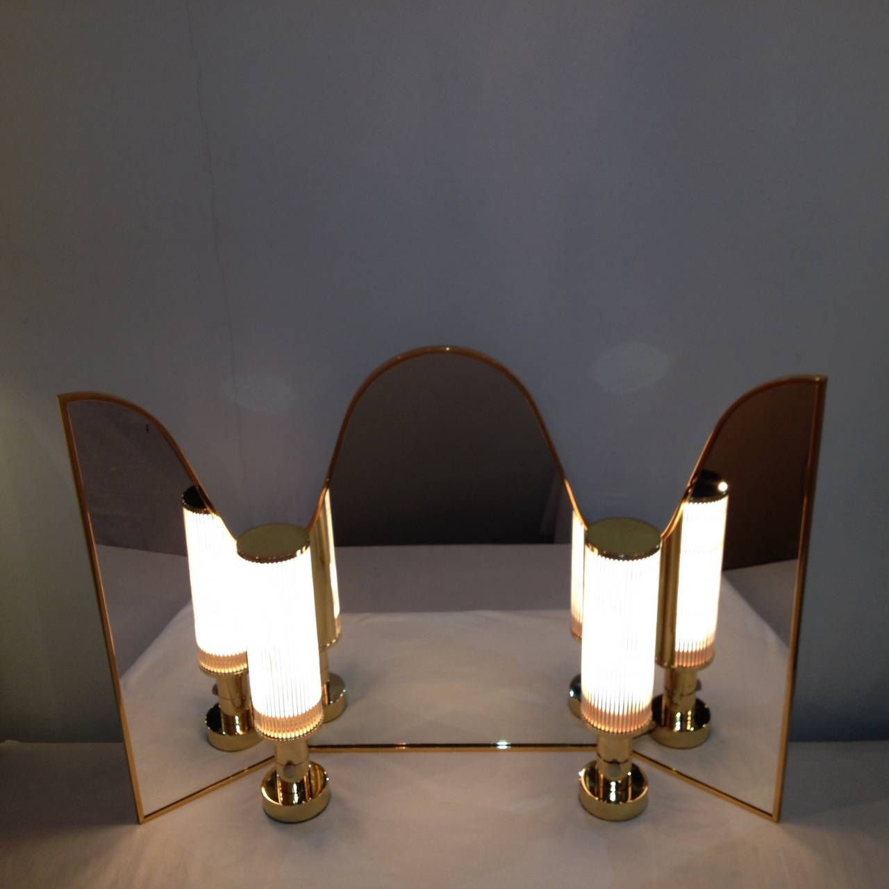 hansen co vanity mirror with vanity lamps for sale at 1stdibs. Black Bedroom Furniture Sets. Home Design Ideas