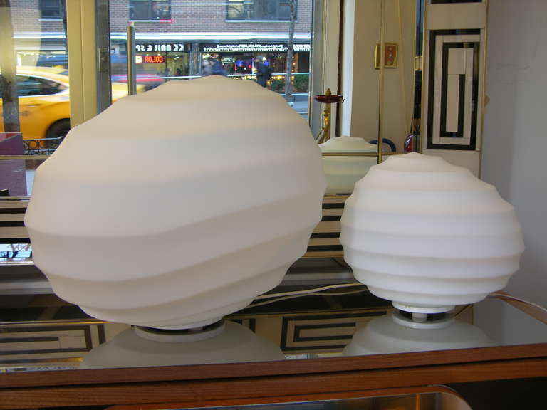 A big lamp by Fratelli Toso in an extraordinary white opal Murano glass with an amazing perfectly smooth texture, with the appearance of stone, the very elegant oval waved body gives a very attractive versatility to the modern handshape, mounted on