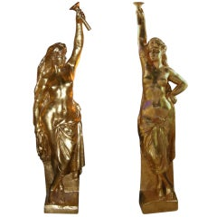 """Monumental  """"Golden Girls"""" Statues for the Crazy Horse - Paris"""