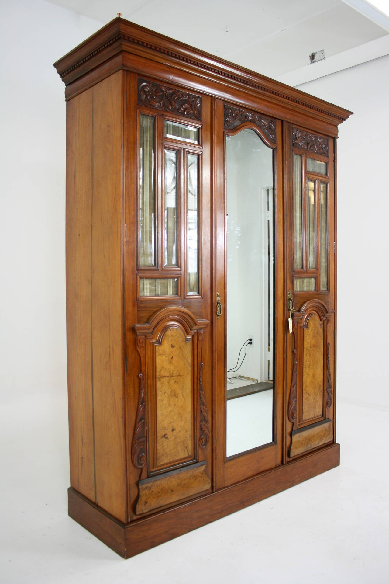 Charmant Scottish Victorian Walnut 3 Door Wardrobe Cupboard Armoire With Mirror For  Sale