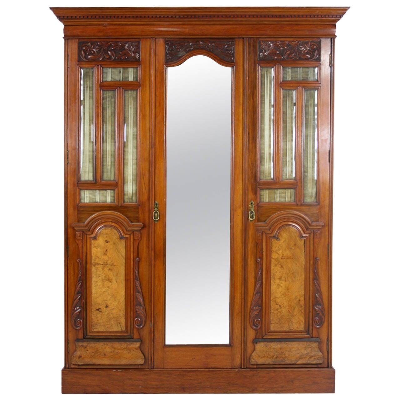 Etonnant Victorian Walnut 3 Door Wardrobe Cupboard Armoire With Mirror For Sale