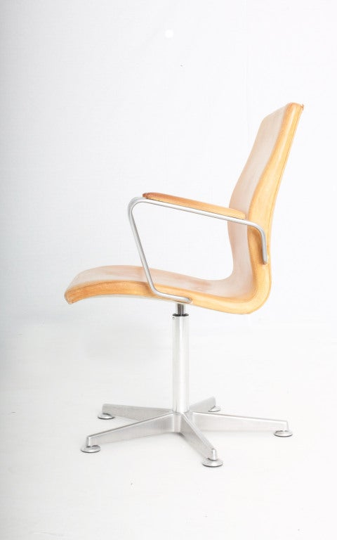 Most of Arne Jacobsen's furniture was designed in conjunction with one of his extensive architectural projects, as was the Oxford chair. In 1963 Jacobsen was commissioned to build an extension of St. Catherine's College at Oxford University. He