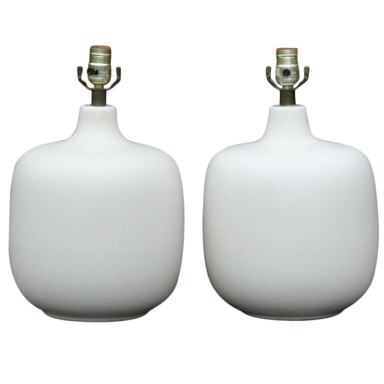 pair of white ceramic table lamps at 1stdibs. Black Bedroom Furniture Sets. Home Design Ideas