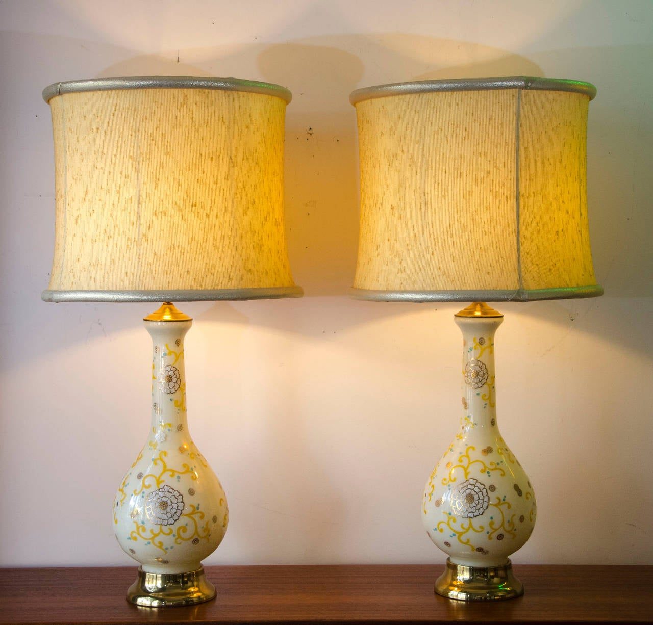 Lovely Nice Pair Of Hollywood Regency Glamorous Lamps, Hand Painted Appearing  Detail On The Glass Base