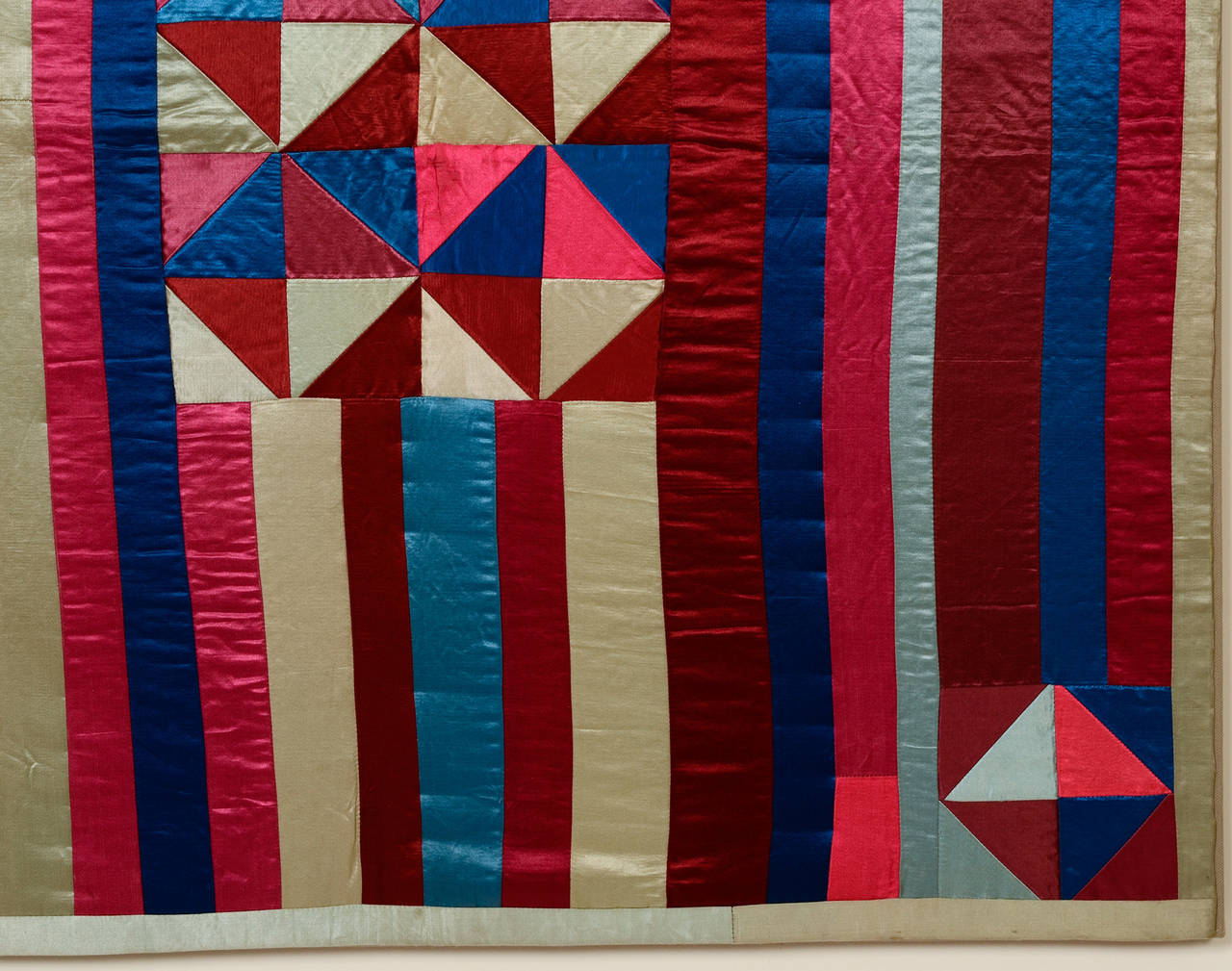 Hourglass and Bars Crib Quilt In Excellent Condition For Sale In Darnestown, MD