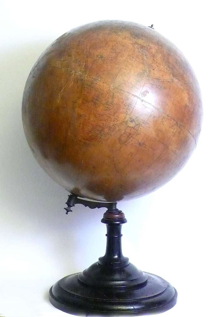 18 Inches Italian papier machè terrestrial globe with wooden base. In Good Condition For Sale In Milan, IT