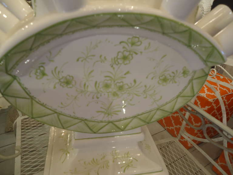Mottahedeh Valpierre Ceramic Centerpiece In Excellent Condition For Sale In Hopewell, NJ