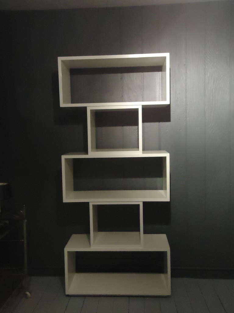 pair of modern white laquer etageres at 1stdibs. Black Bedroom Furniture Sets. Home Design Ideas
