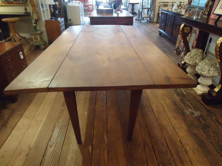 Antique Drop Leaf Farm Table In Excellent Condition For Sale In Hopewell, NJ