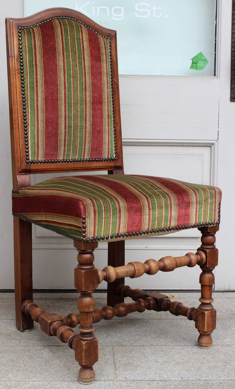 Great Louis XIII style set of turned beechwood in baluster shape on the two front feet, the H-shaped stretcher and the front spacer .The back rest shows good moldings all around and a
