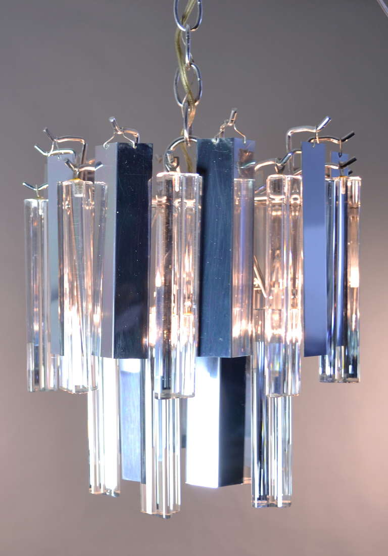Glittering combination of polished steel and Classic Murano glass Camer pendants alternating. Single center bulb-standard threads up to 65 watts.