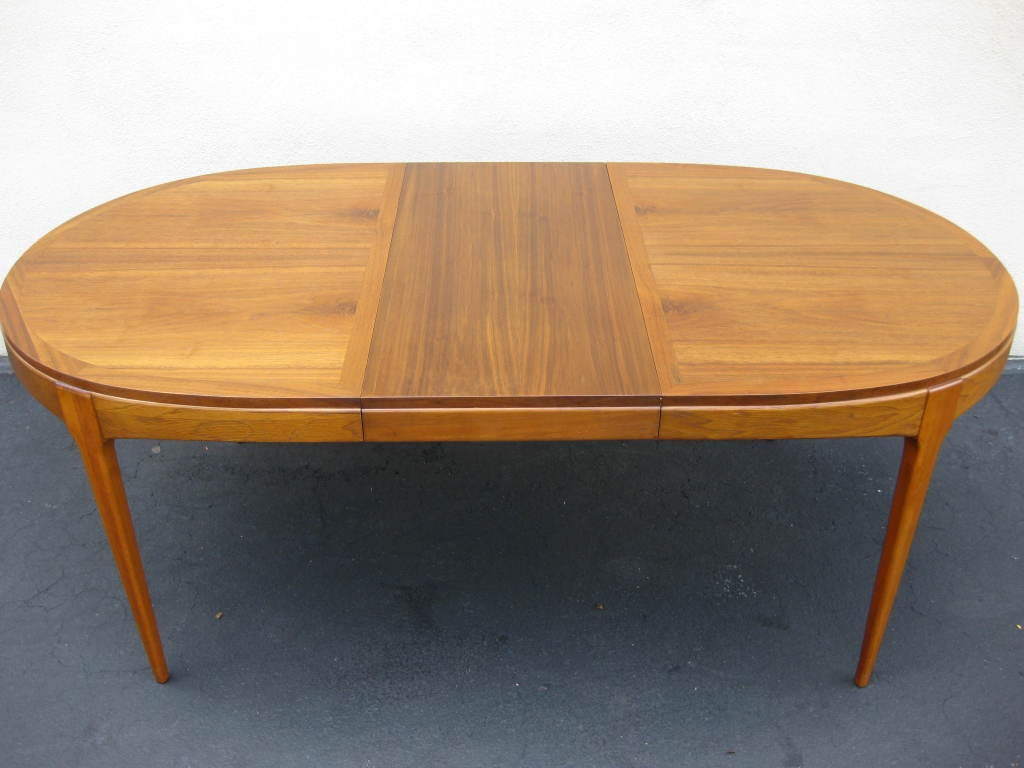 Walnut dining table by lane 2 leaves to seat 4 8 at 1stdibs for Dining room table 2 leaves
