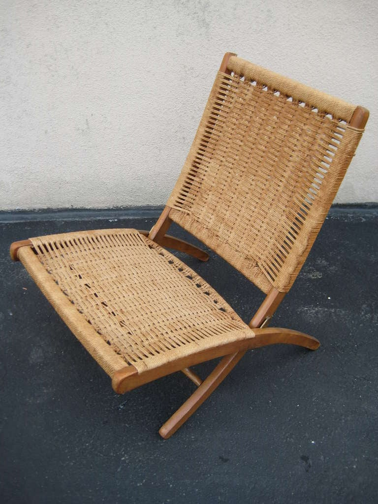Woven Folding Chair in the Style of Hans Wegner In Good Condition In New York, NY