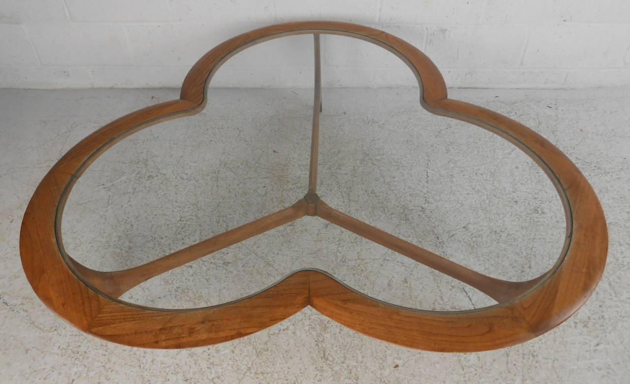 Over sized clover leaf shaped coffee table in walnut finish makes a striking Mid-Century Modern addition to home or business seating areas. Please confirm item location (NY or NJ) with dealer.