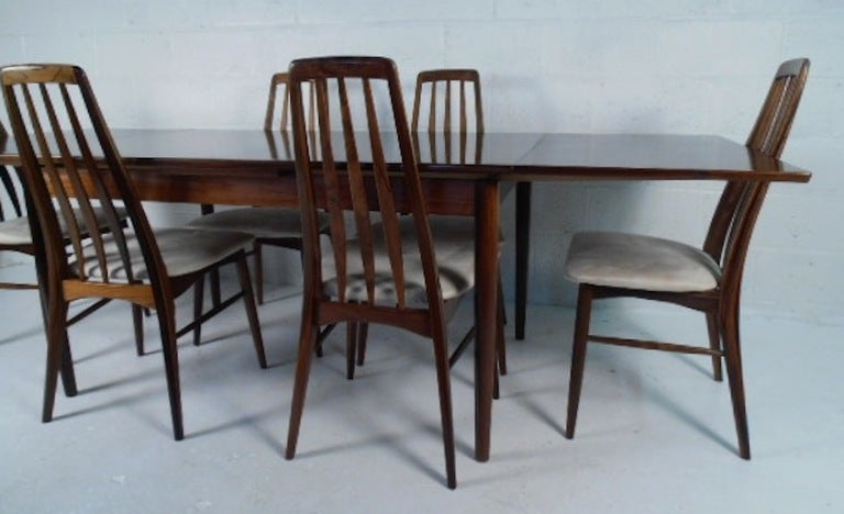 beautifully patterned rosewood draw leaf dining table with six chairs