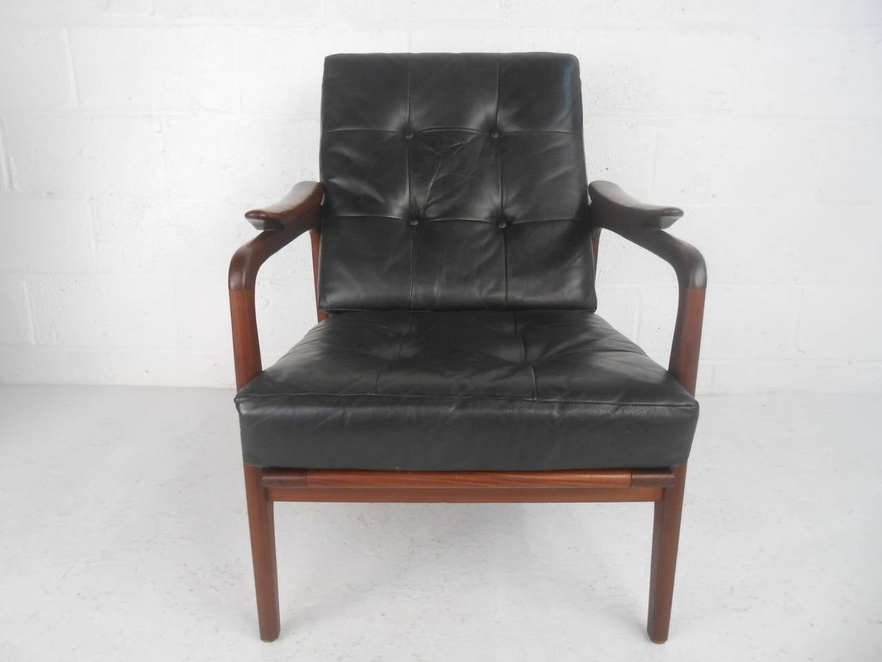 Pair Beautiful Mid Century Modern Leather Lounge Chairs At