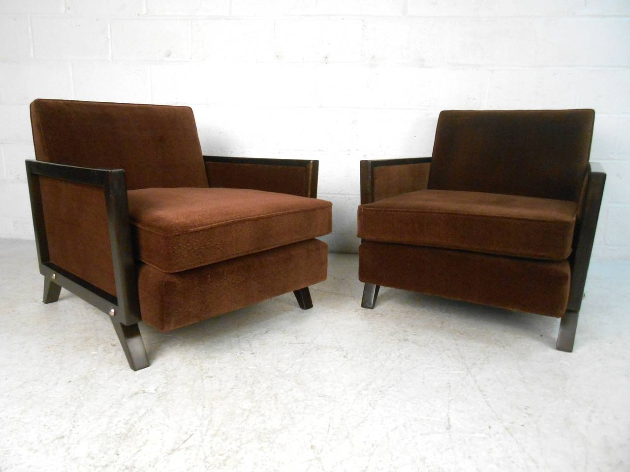 Pair mid century modern upholstered lounge chairs at 1stdibs for Mid century modern upholstered chair