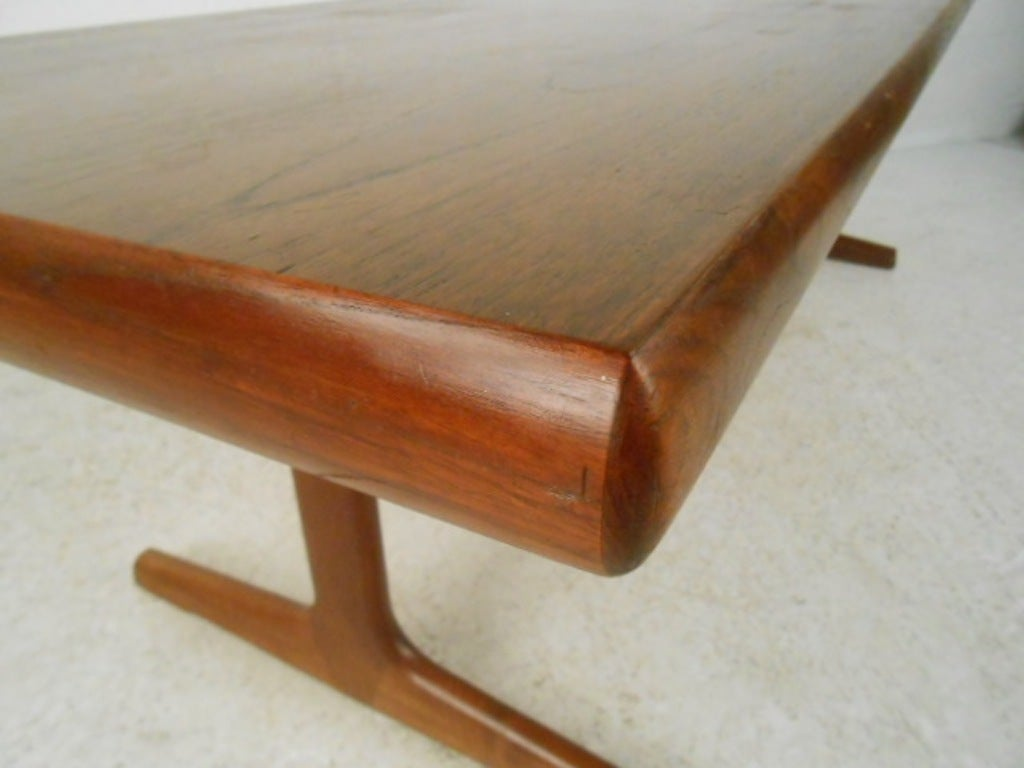 Mid-Century Modern Teak Trestle Base Coffee Table In Good Condition For Sale In Brooklyn, NY