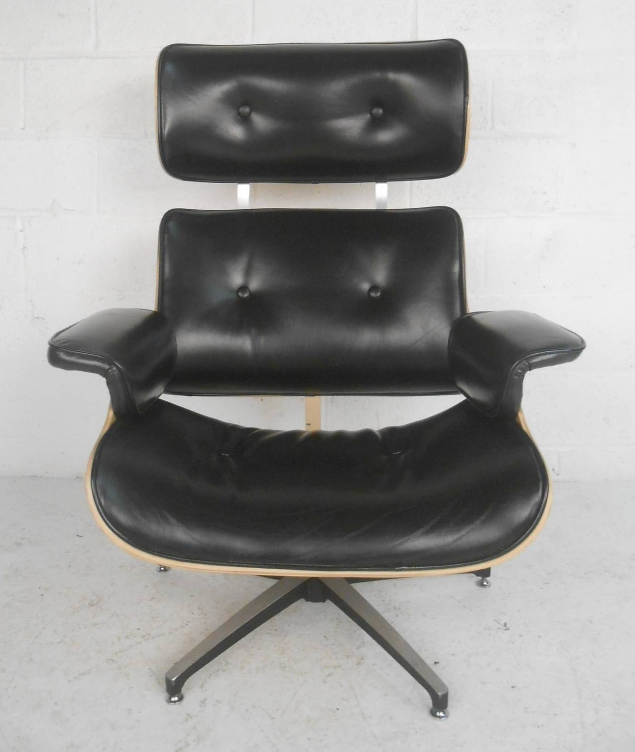 Classic Lounge Chair In Black Vinyl With Aluminium Base. Please Confirm  Item Location (NY