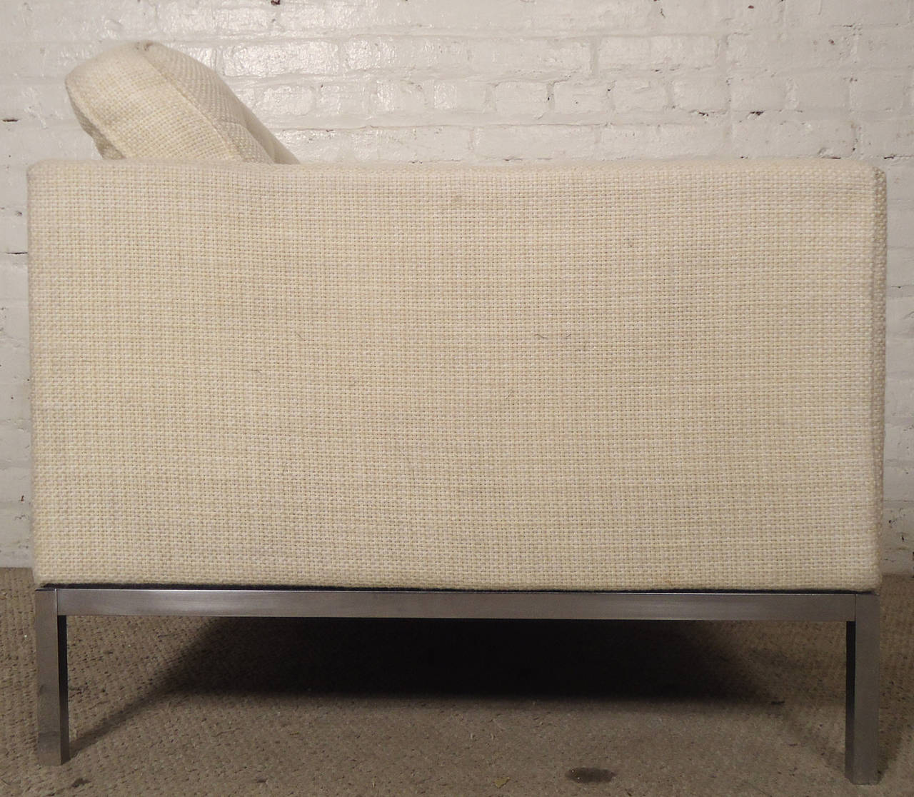 Mid-Century Pair of Upholstered Armchairs by Knoll Associates In Good Condition For Sale In Brooklyn, NY
