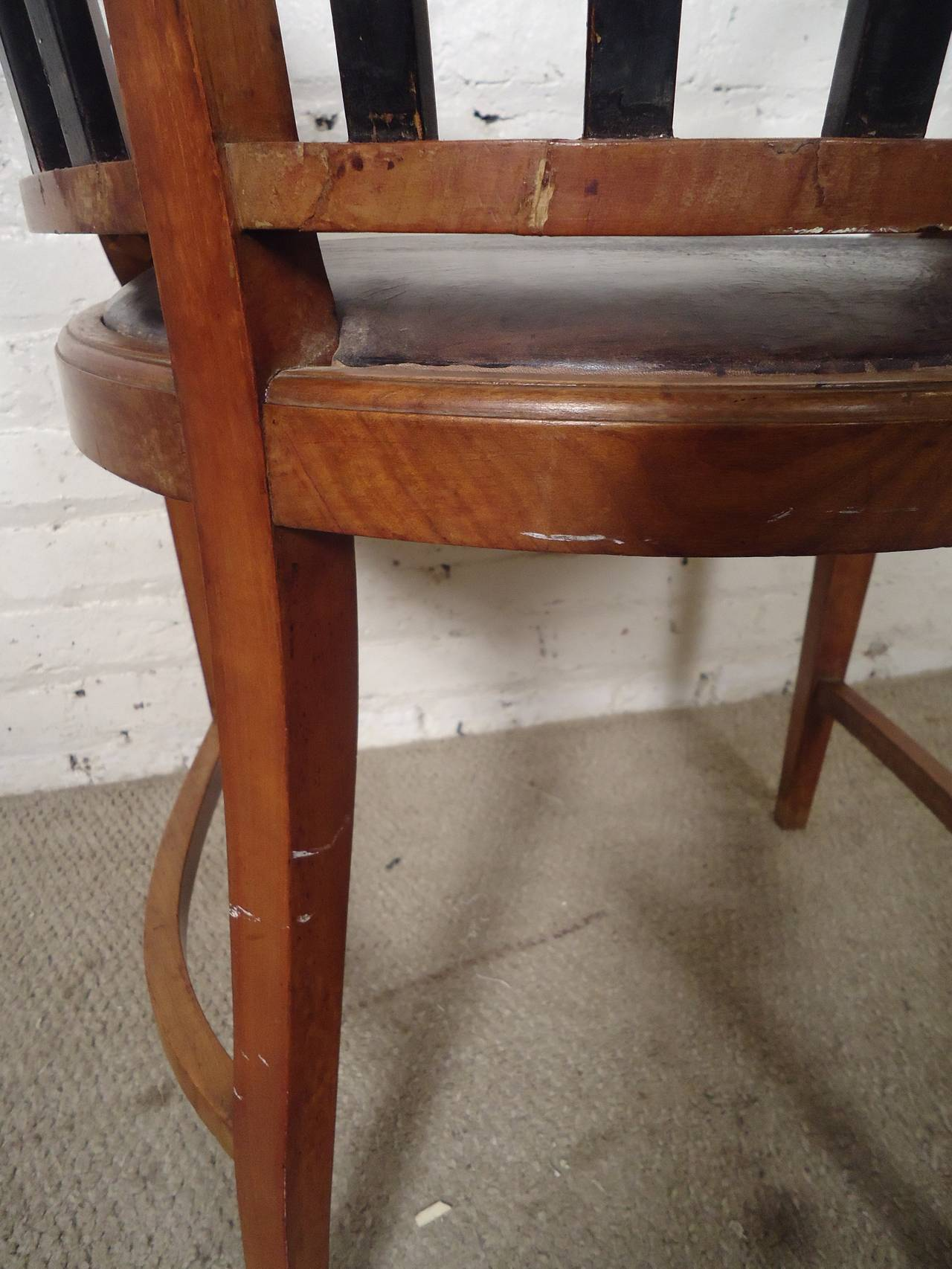 Unique Vintage Round Back Spindle Chair 3 - Unique Vintage Round Back Spindle Chair For Sale At 1stdibs