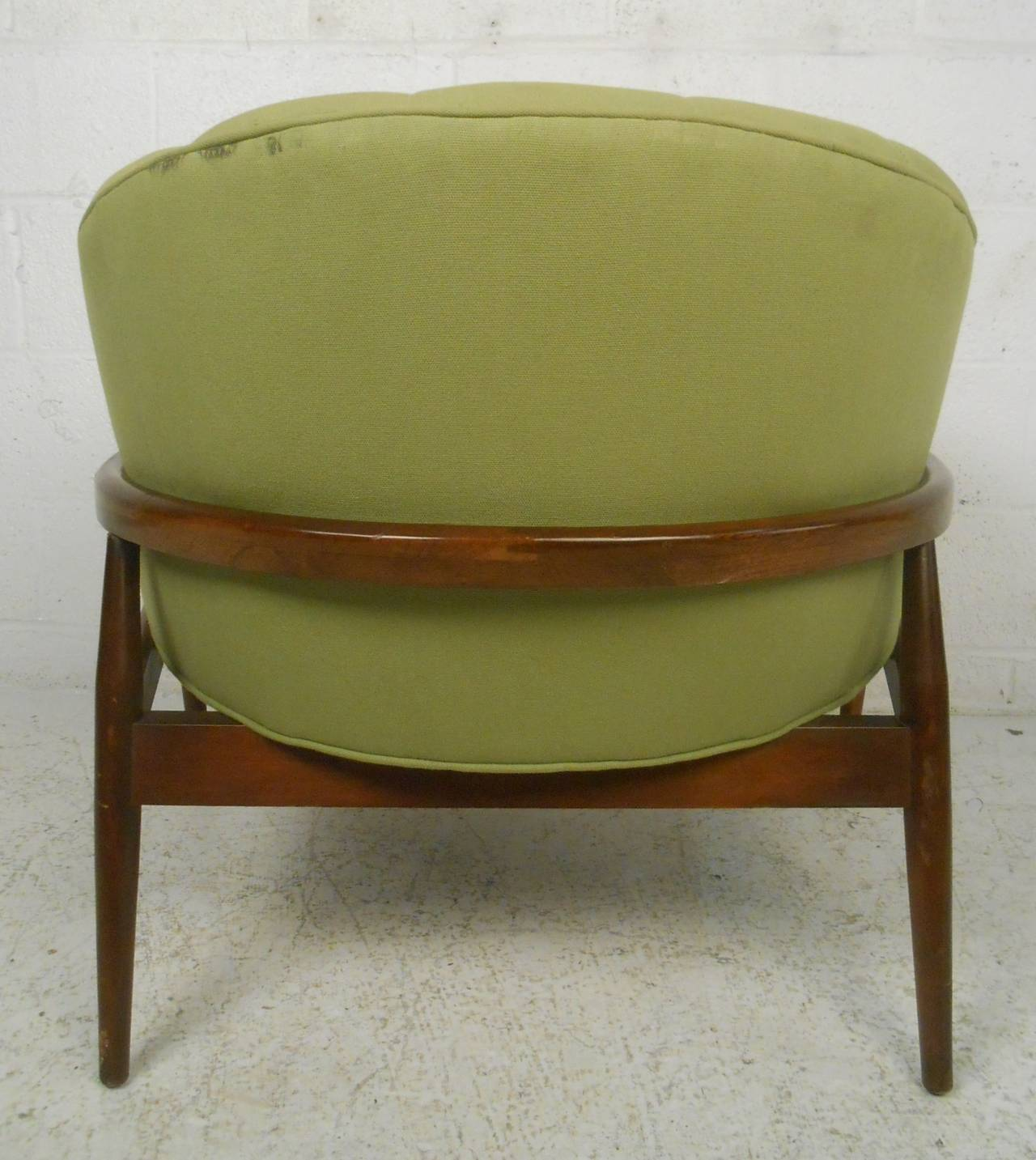 American Stylish Mid-Century Modern Tufted Lounge Chair For Sale