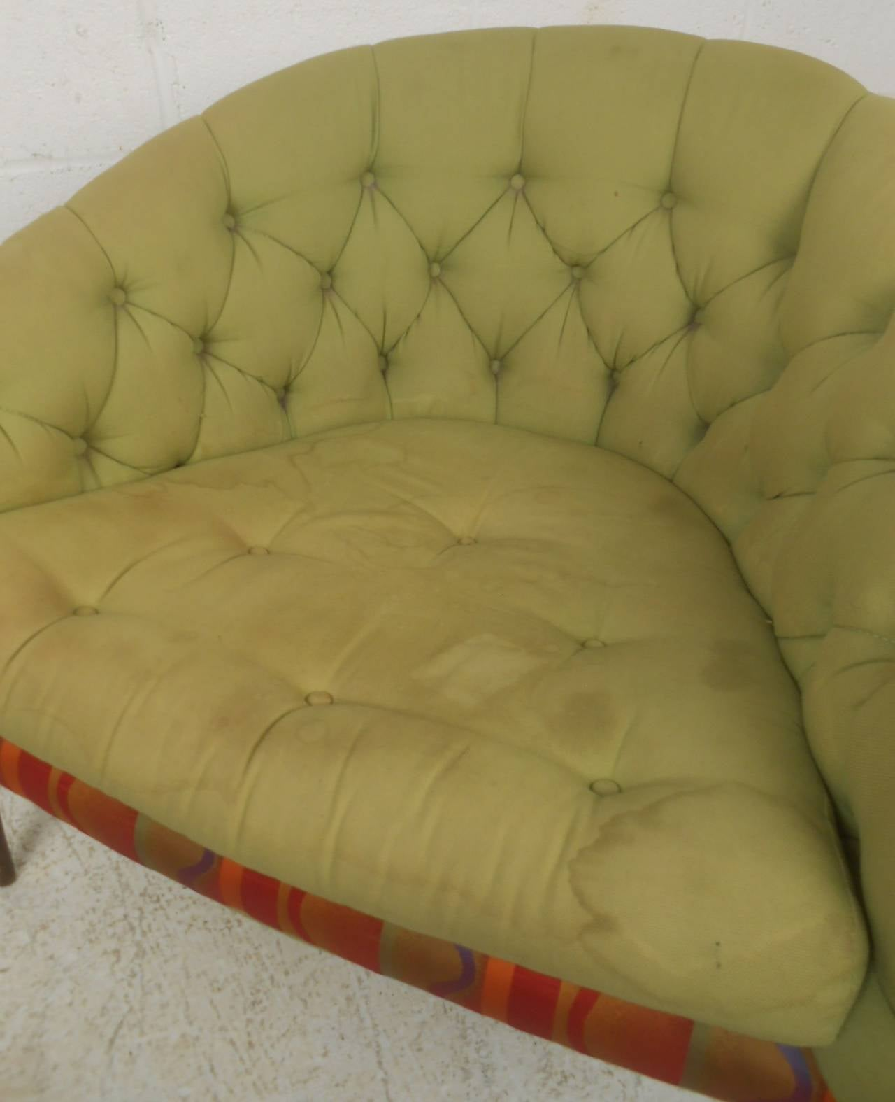 Stylish Mid-Century Modern Tufted Lounge Chair In Good Condition For Sale In Brooklyn, NY
