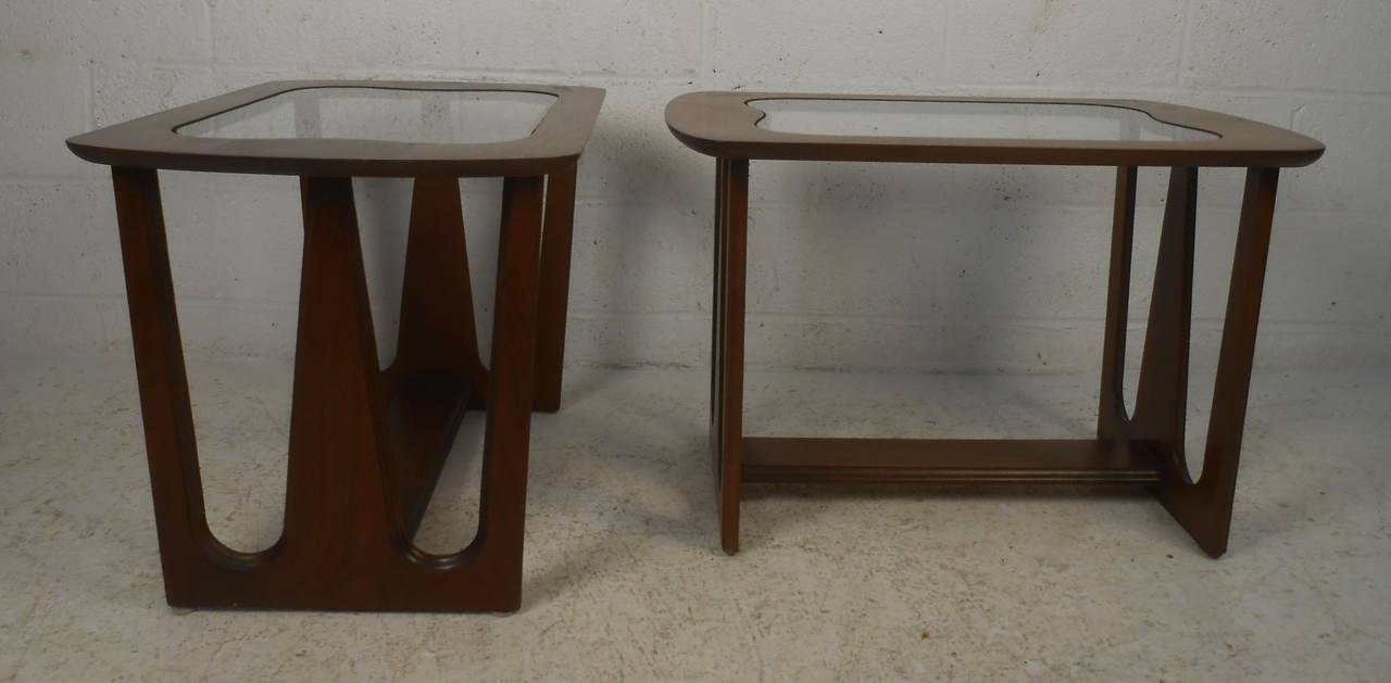 American Pair of Mid-Century Modern Walnut Side/End Tables For Sale