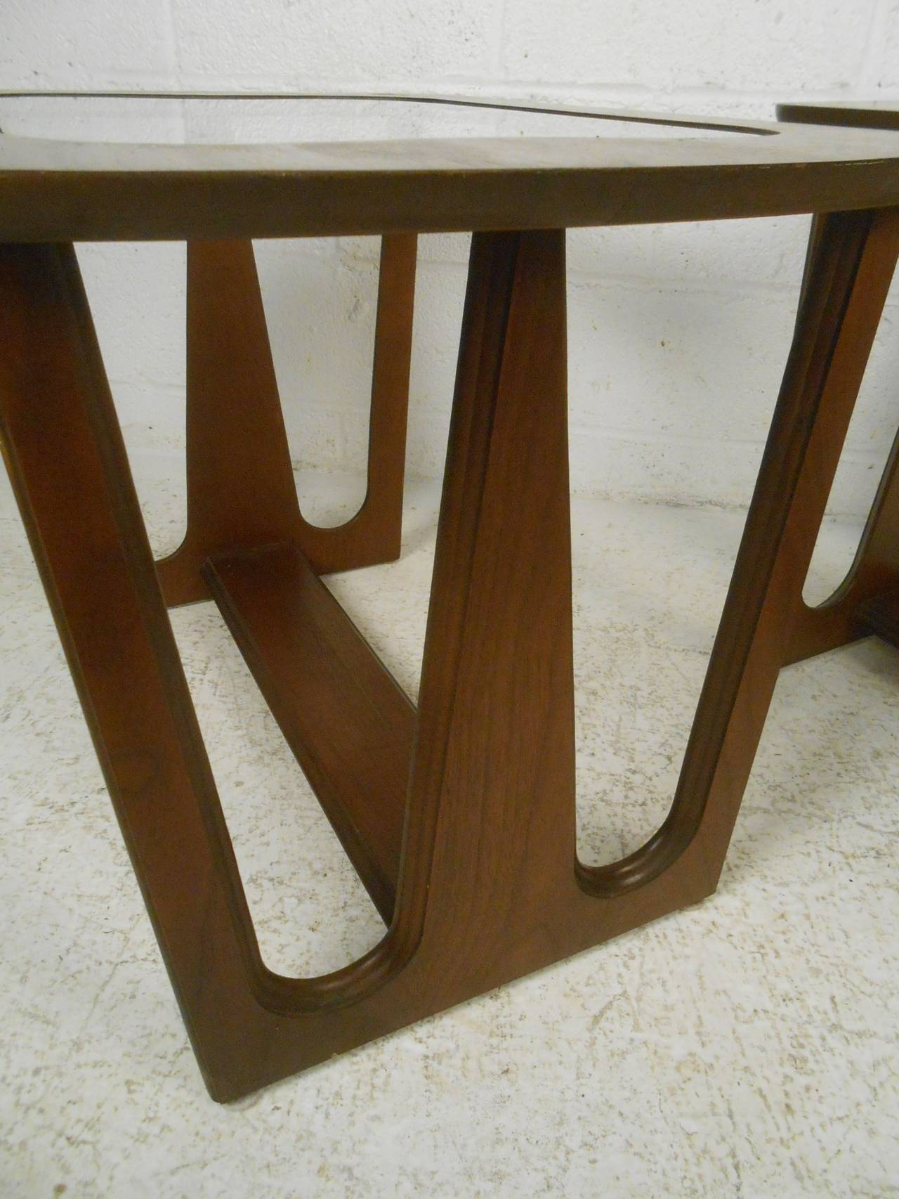 Pair of Mid-Century Modern Walnut Side/End Tables In Good Condition For Sale In Brooklyn, NY