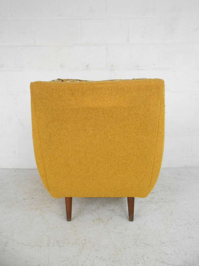 this pair of mid century modern lounge chairs by bassett furniture is